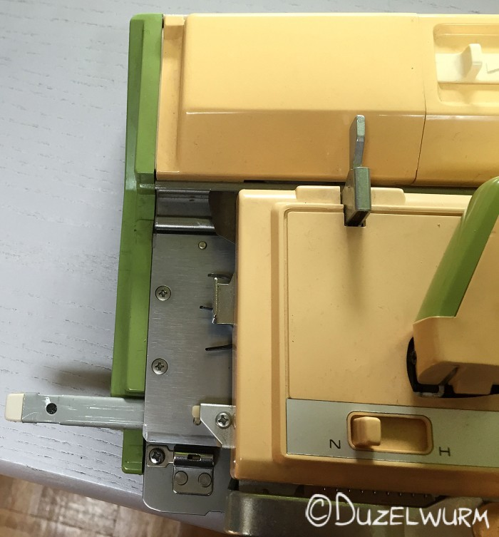 Linke Seite der Strickmaschine mit Nadelsperrschiene
