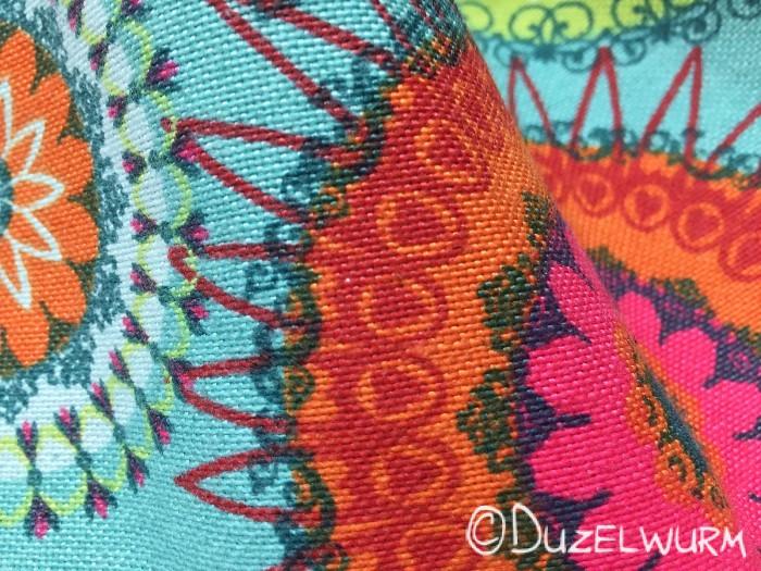 Korbtasche: Bunter Stoff im Detail