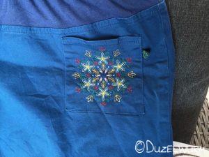 Blaue Hose mit Vordertasche
