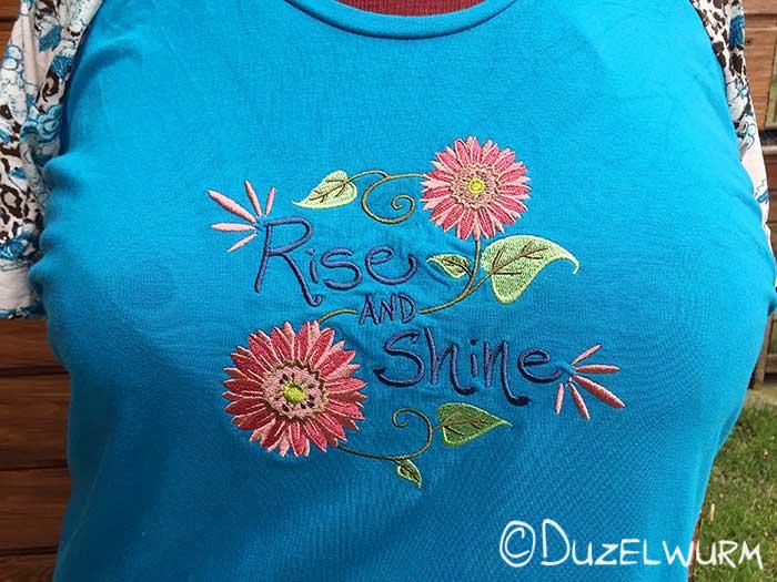 Blaues Shirt: fertige Stickerei
