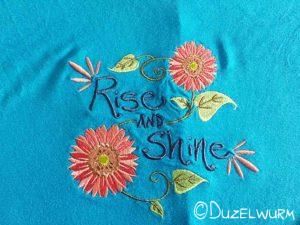 Stickerei blaues Shirt nach dem Bügeln