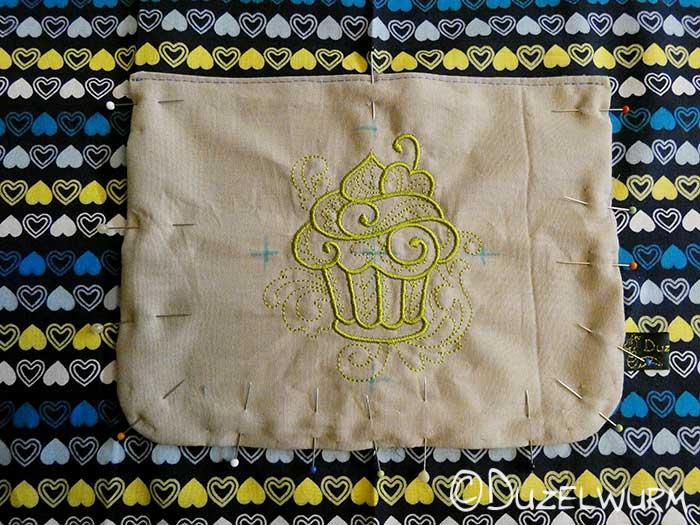 Tasche aufgesteckt auf der Kinderschürze