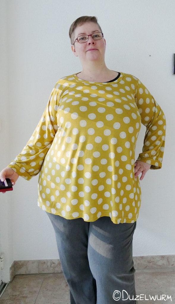 Gelbes Shirt mit weißen Kreisen