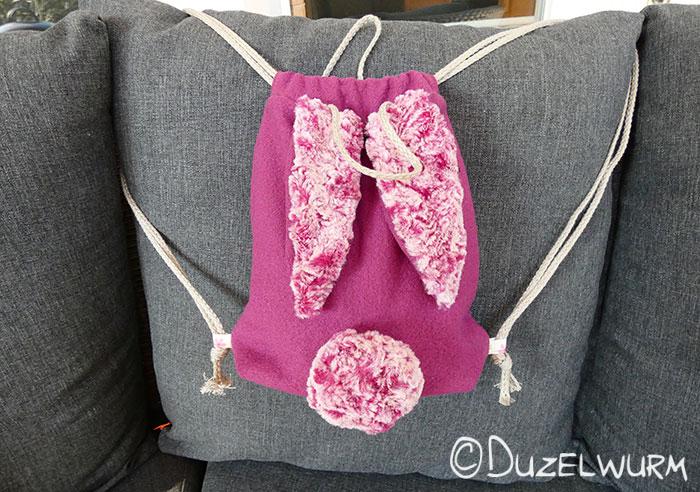 Hasenrucksack mit rosa-weißen Ohren